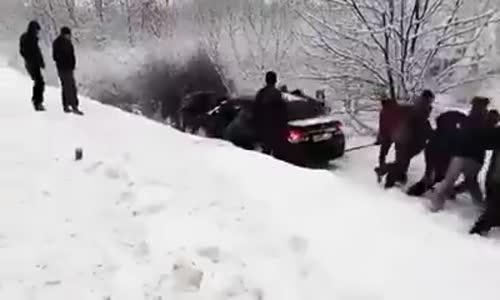 Руснаци помагат на закъсал шофьор