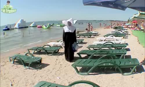 Скрита камера-Монахиня на плажа си търси шезлонг!