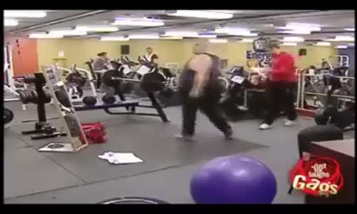 Забавна скрита камера във фитнеса!