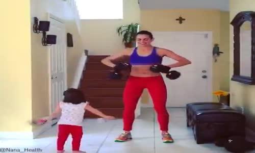 Мама и дете правят гимнастика