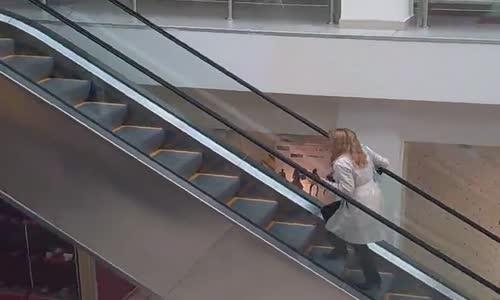 Ето как една блондинка използва ескалатор