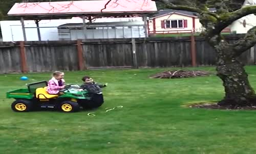Деца зад волана